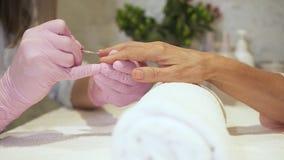 Donna che fa manicure perfetto al suo cliente video d archivio
