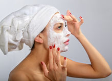 Donna che fa mascherina cosmetica Fotografie Stock