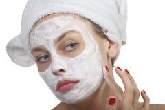 Donna che fa mascherina cosmetica Fotografia Stock