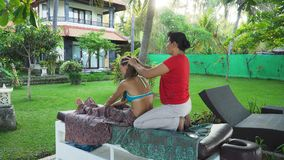 Donna che fa massaggio alla ragazza in Asia Bali, Indonesia immagine stock