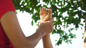 Donna che fa massaggio alla ragazza in Asia Bali, Indonesia fotografia stock libera da diritti