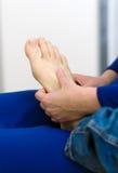 Donna che fa massaggio del piede Fotografia Stock