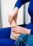 Donna che fa massaggio del piede Fotografie Stock