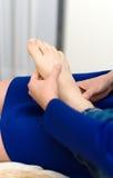 Donna che fa massaggio del piede Fotografia Stock Libera da Diritti