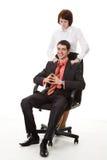 Donna che fa massaggio giovane, uomo sorridente. Fotografia Stock Libera da Diritti