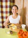 Donna che fa materia per l'insalata del pomodoro farcito Immagini Stock Libere da Diritti
