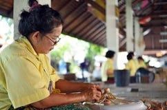 Donna che fa ombrello di legno Immagini Stock Libere da Diritti
