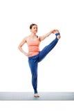 Donna che fa padangusta di hasta di Utthita di asana di yoga di Ashtanga Vinyasa Immagine Stock Libera da Diritti