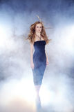 Donna che fa passerella in nebbia Fotografie Stock