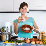 Donna che fa pesce e patate fritte Immagini Stock Libere da Diritti