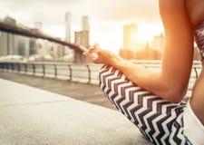 Donna che fa posizione di yoga a New York City Fotografie Stock Libere da Diritti