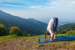 Donna che fa saluto Surya Namaskar di Sun di yoga fotografie stock