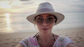 Donna che fa selfie al mare video d archivio