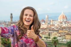 Donna che fa selfie con i pollici su a Firenze Fotografie Stock