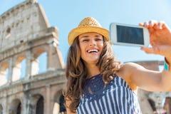 Donna che fa selfie davanti al colosseum a Roma Immagini Stock