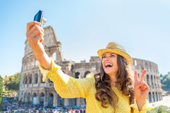 Donna che fa selfie davanti al colosseum a Roma Immagine Stock Libera da Diritti