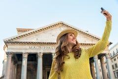 Donna che fa selfie davanti al panteon a Roma Fotografia Stock