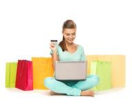 Donna che fa spesa di Internet Immagine Stock Libera da Diritti