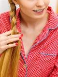 Donna che fa treccia su capelli biondi Fotografie Stock