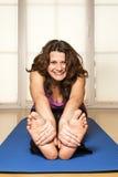 Allungamento della donna di forma fisica indietro Fotografie Stock Libere da Diritti
