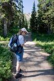 Donna che fa un'escursione ad un geocache Fotografia Stock Libera da Diritti