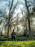 Donna che fa un'escursione con il bastone da passeggio Immagine Stock