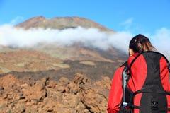 Donna che fa un'escursione esaminando montagna fotografie stock libere da diritti