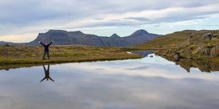 Donna che fa un'escursione i westfjords dell'Islanda Immagine Stock