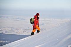 Donna che fa un'escursione in inverno Fotografia Stock Libera da Diritti