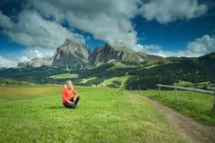 Donna che fa un'escursione in Italia - dolomia Fotografie Stock Libere da Diritti