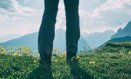 Donna che fa un'escursione in montagne Immagini Stock