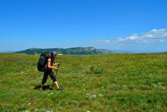 donna che fa un'escursione in montagne Fotografia Stock