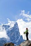 Donna che fa un'escursione in montagne dell'Himalaya Fotografia Stock Libera da Diritti