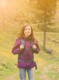 Donna che fa un'escursione in natura sulle alpi svizzere in primavera Immagini Stock Libere da Diritti