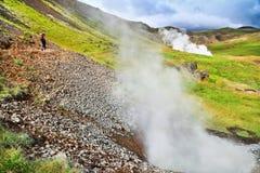Donna che fa un'escursione nel bello paesaggio geotermico in Islanda Fotografie Stock