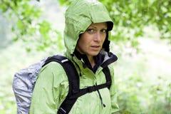 Donna che fa un'escursione nella foresta Immagine Stock