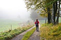 Donna che fa un'escursione nella foresta fotografia stock