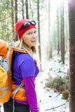 Donna che fa un'escursione nella foresta di inverno Immagine Stock Libera da Diritti