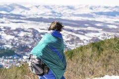 Donna che fa un'escursione in un'alta montagna e che guarda il bello paesaggio della montagna Fotografie Stock Libere da Diritti
