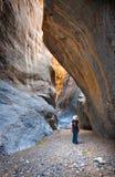 Donna che fa un'escursione in un canyon della scanalatura Fotografie Stock
