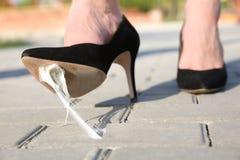 Donna che fa un passo nella gomma da masticare sul marciapiede immagini stock