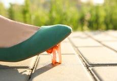 Donna che fa un passo nella gomma da masticare sul marciapiede fotografie stock libere da diritti