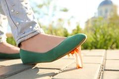 Donna che fa un passo nella gomma da masticare sul marciapiede fotografia stock