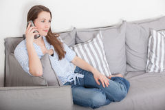 Donna che fa una chiamata di telefono Immagini Stock