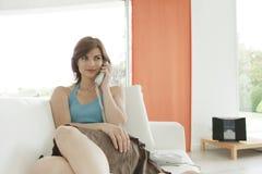 Donna che fa una chiamata di telefono nel paese Immagine Stock