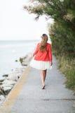 Donna che fa una passeggiata di rilassamento al mare Fotografie Stock