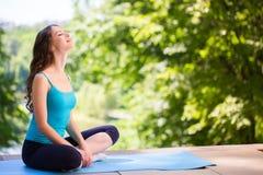 Donna che fa yoga Immagini Stock Libere da Diritti