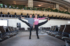 Donna che fa yoga in aeroporto Fotografia Stock