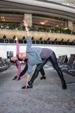 Donna che fa yoga in aeroporto Fotografie Stock