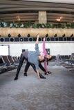 Donna che fa yoga in aeroporto Fotografia Stock Libera da Diritti